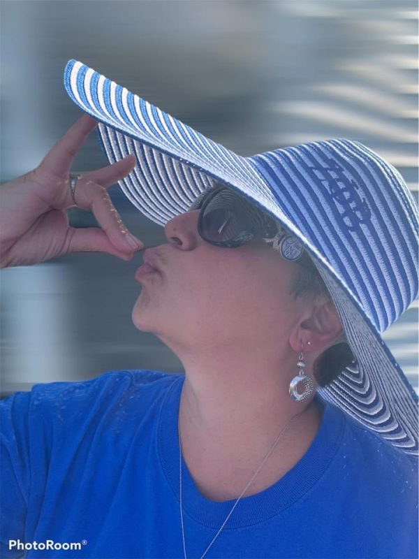Woman wearing a blue and white sun hat